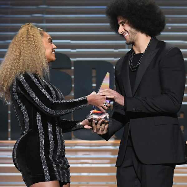 Beyonce. Foto do site da E! Online que mostra Beyoncé aparece de surpresa em premiação e homenageia jogador