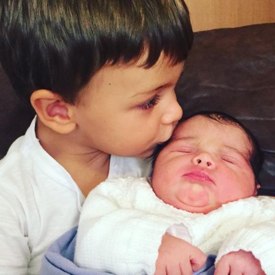 Mãe de Felipe Simas mostra foto fofa do neto com a irmã recém-nascida