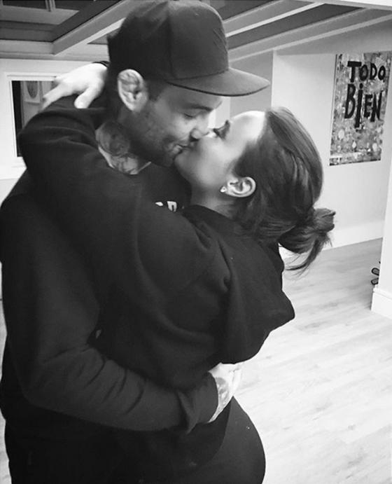 Guilherme Bomba mostra beijo apaixonado em Demi Lovato