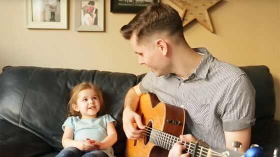 Pai e filha cantam música do Toy Story