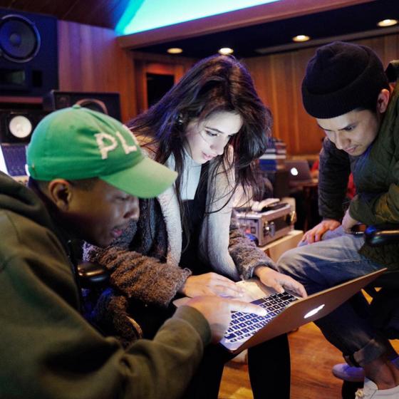 Camila Cabello revela parceria em estúdio com Pharrell Williams
