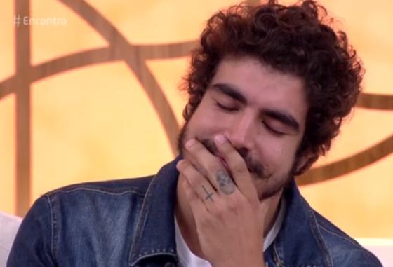 Caio Castro se emociona ao falar com a avó ao vivo em programa