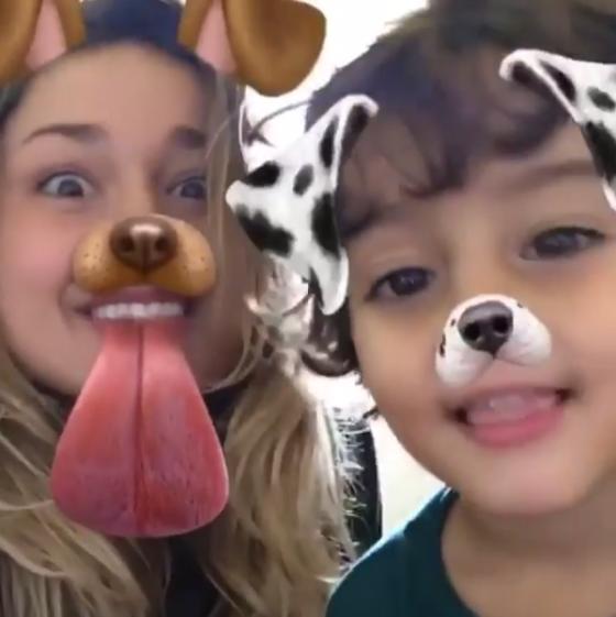 Sasha Meneghel curte os irmãos mais novos durante passagem pelo Brasil