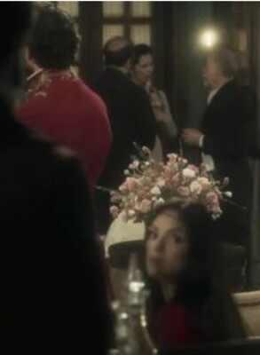 Isabelle Drummond aparece olhando no celular em novela de época