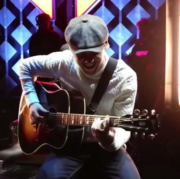 Niall Horan mostra os bastidores da carreira solo em lyric video de Slow Hands