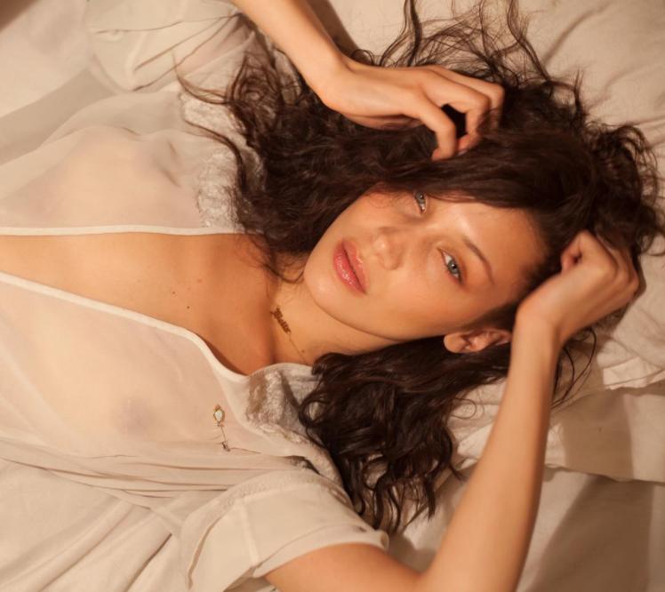 Bella Hadid revela su infalible secreto para dormir plenamente ¡Ponlo en práctica!