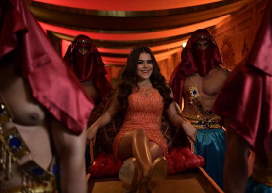 Maisa Silva chegou carregada e usou três vestidos em festa de 15 anos