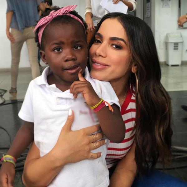 Titi, filha de Giovanna Ewbank, realiza o sonho de conhecer Anitta
