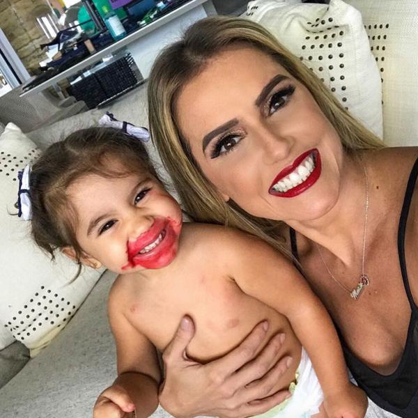 Deborah Secco se derrete pela filha Maria Flor com a boca borrada de batom