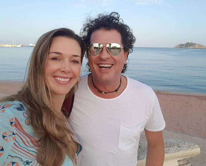 Así reaccionó la esposa de Carlos Vives ante el apasionado beso del cantante y una fanática