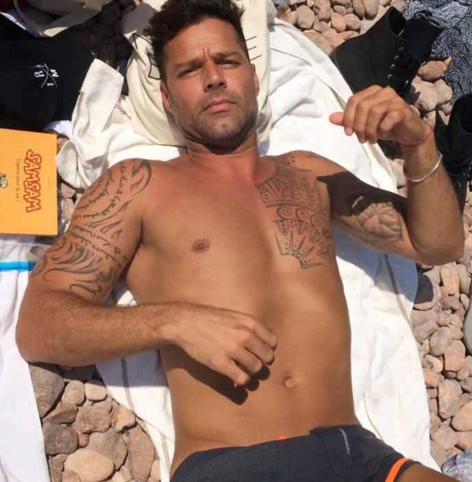 Ricky Martin se quita la ropa interior y le critican los pies