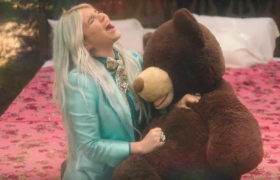 Kesha relembra sua infância no clipe da música Learn To Let Go