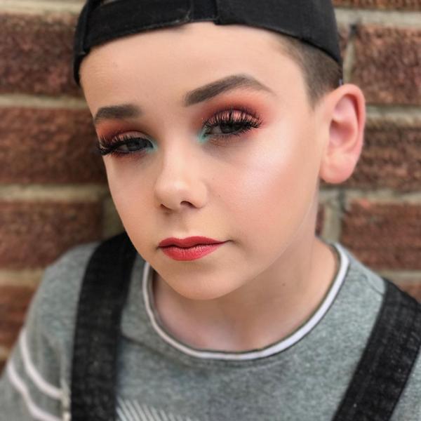 Garoto de 10 anos dá um show em tutoriais de maquiagem