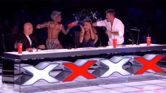 Mel B joga água em Simon Cowell após piada — America's Got Talent