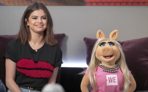 Miss Piggy conoce a Selena Gomez y le cambia el nombre ¡Míralas!