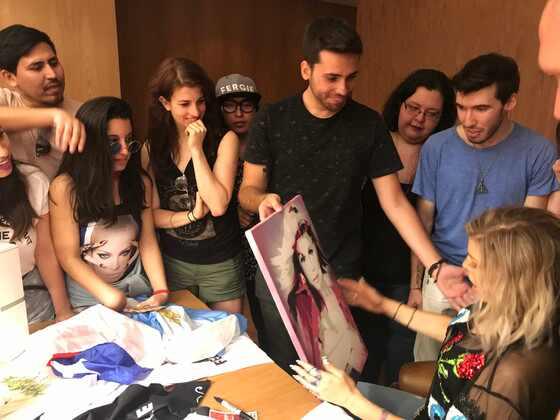Fergie com fãs no Rio de Janeiro
