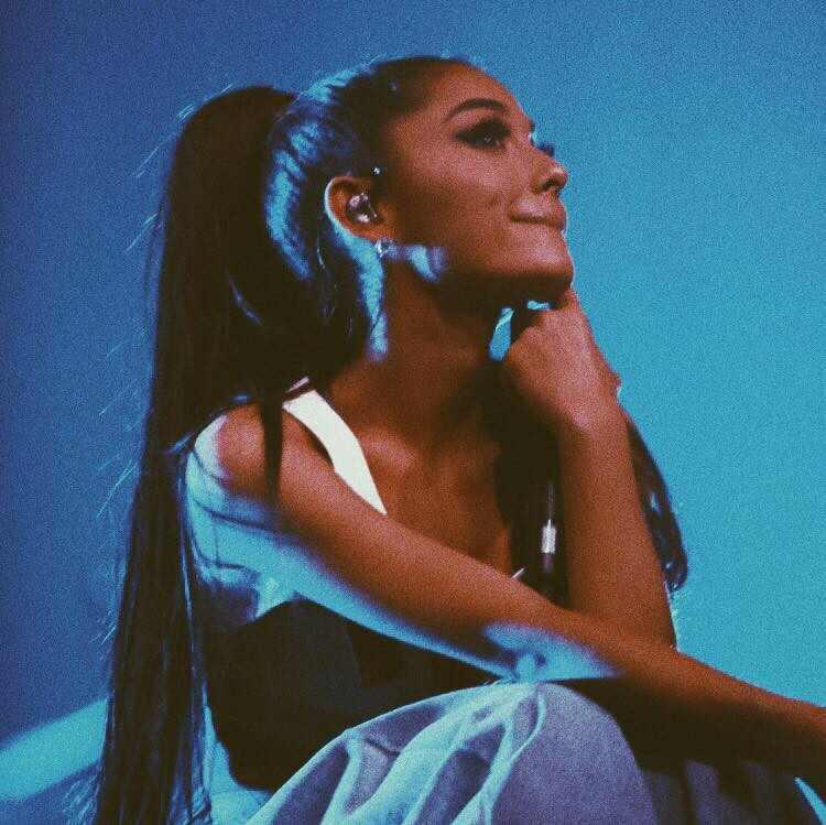 El tropezón de Ariana Grande en pleno concierto