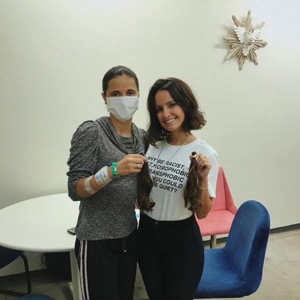 Amanda De Godoi. Foto do site da E! Online que mostra Amanda de Godoi faz doação dos cabelos para jovem com câncer