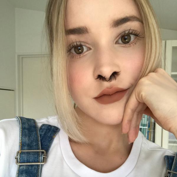 Youtuber coloca cílios postiços no nariz e viraliza na web