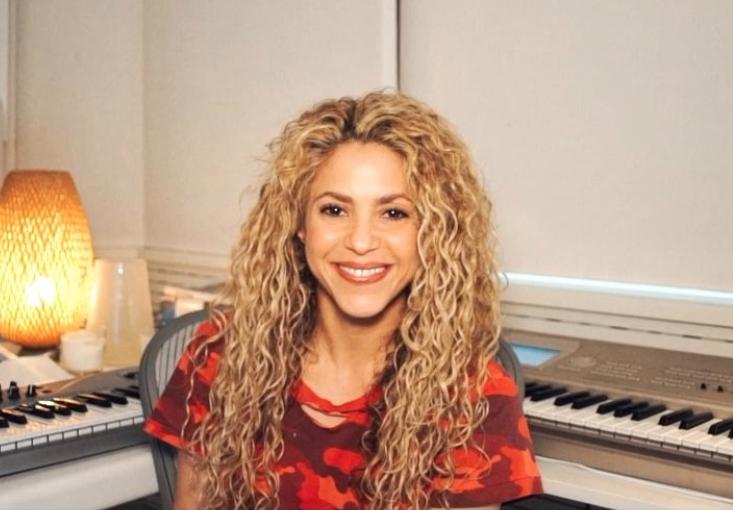 Le llueven críticas a Shakira por imagen 'photoshopeada'