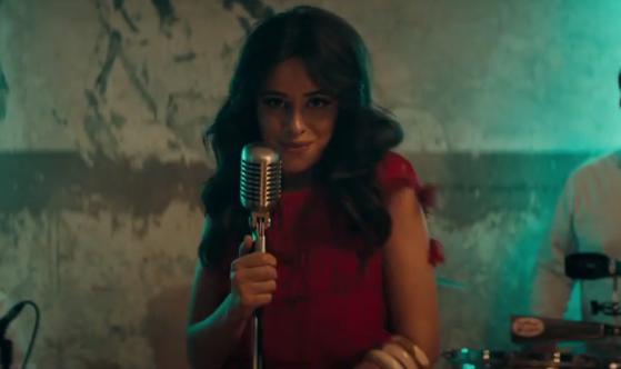 Camila Cabello vive uma sonhadora história de amor no clipe de Havana