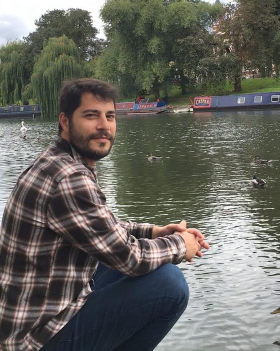 Evaristo Costa tenta gravar vídeo de meme brasileiro e se machuca
