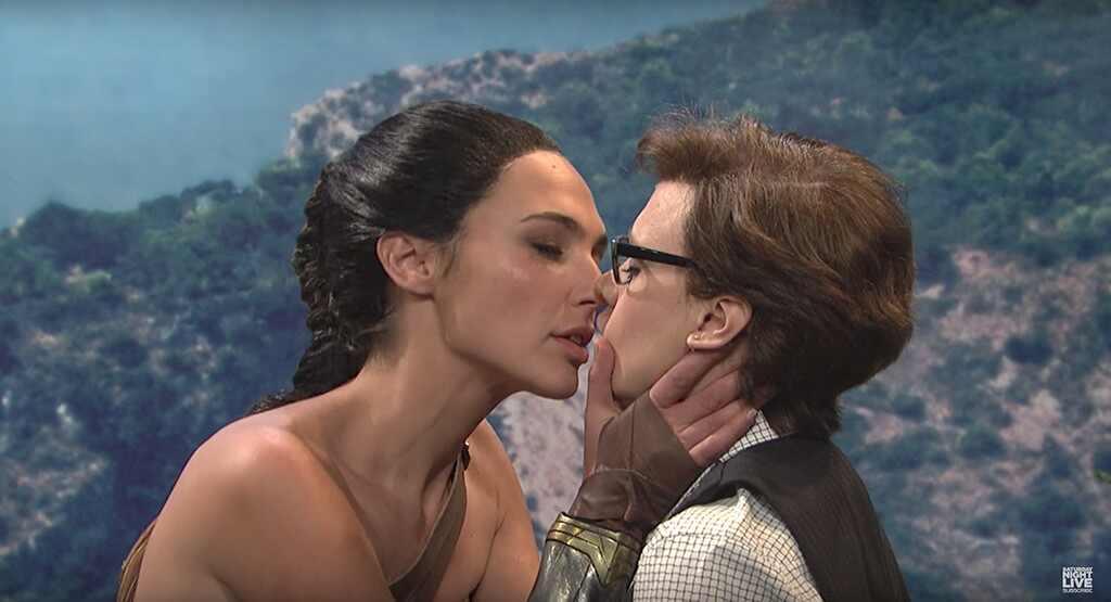 Actriz de la Mujer Maravilla sorprende al besar a otra mujer
