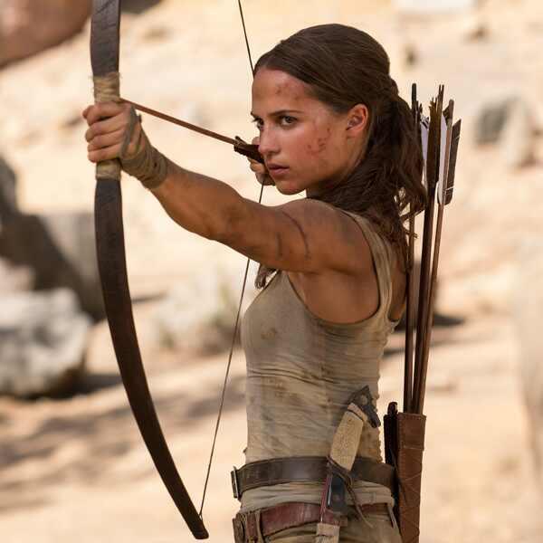 Alicia Vikander. Foto do site da E! Online que mostra Alicia Vikander luta ao som de Destiny's Child em novo trailer de Tomb Raider