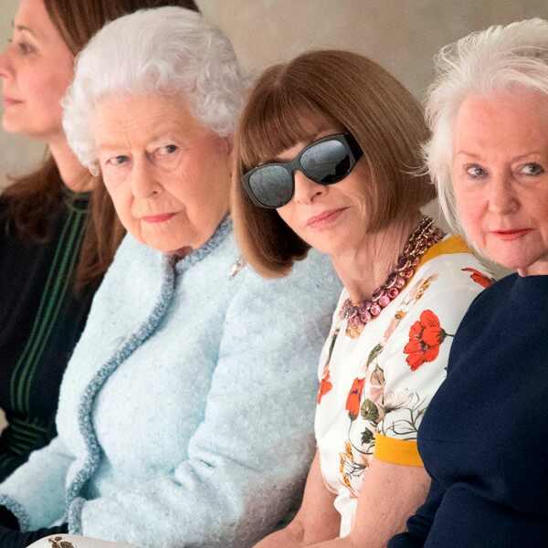 Anna Wintour. Foto do site da E! Online que mostra Rainha Elizabeth II assiste a desfile de moda com Anna Wintour em Londres
