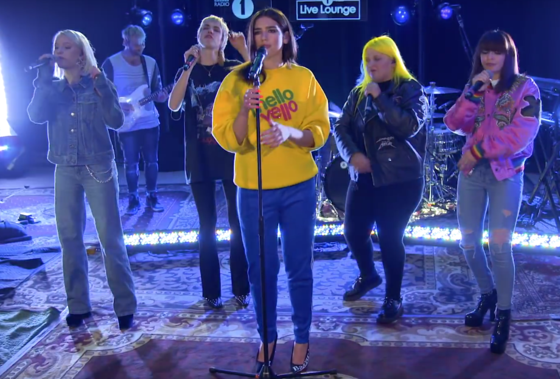 Dua Lipa lacra ao cantar IDGAF com Charli XCX, Zara Larsson, MØ e Alma