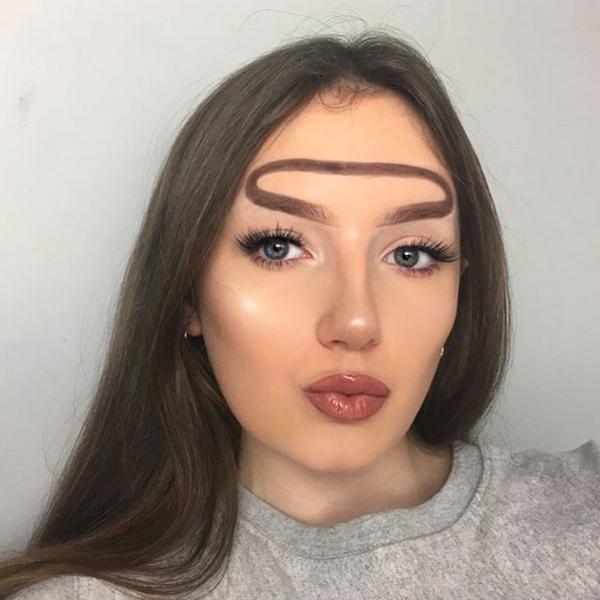 Garota cria sobrancelha auréola de anjo e bomba na web