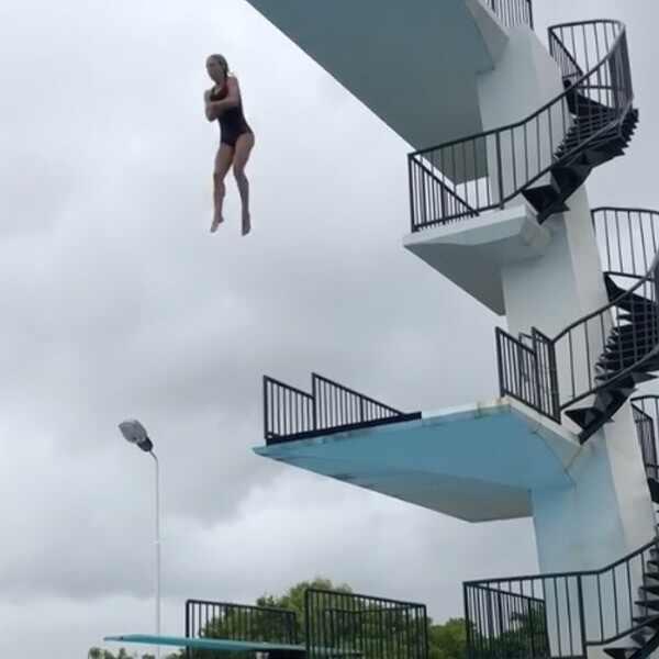 Elsa Pataky. Foto do site da E! Online que mostra Elsa Pataky surpreende ao saltar de uma altura de 10 metros em piscina