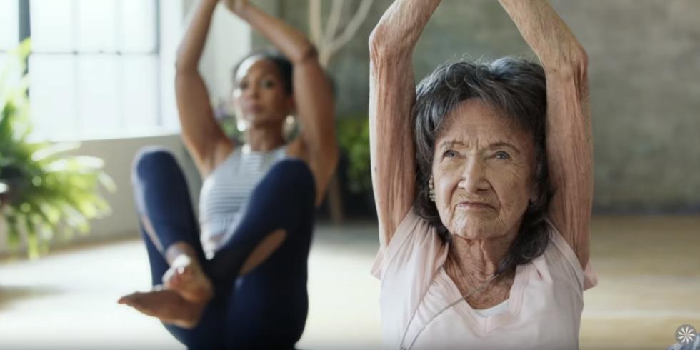 Esta profesora de yoga de 98 años nos muestra cómo envejecer maravillosamente