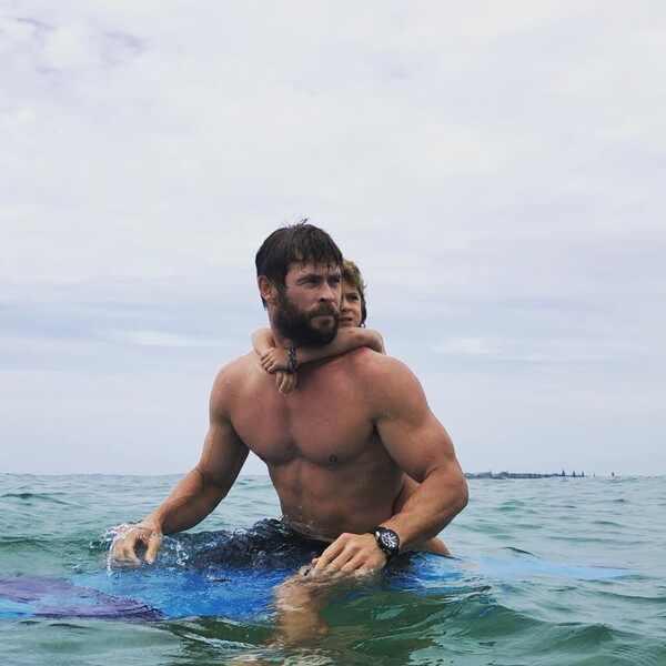 Chris Hemsworth. Foto do site da E! Online que mostra As fotos mais fofas da família de Chris Hemsworth