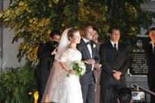O casal posou em frente à igreja
