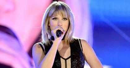 Taylor Swift celebra 10 anos de carreira com foto da adolescência