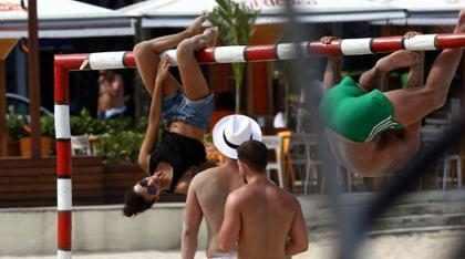Nina Dobrev se diverte com amigos em praia de Copacabana