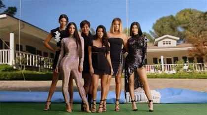 Mira cómo Kim Kardashian y su familia recrean el opening de la primera temporada Keeping Up With the Kardashians