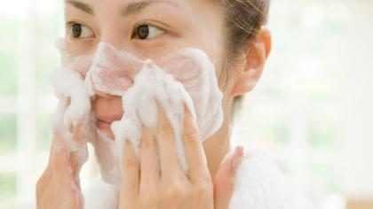 Esta es la razón por la que nunca debes lavar tu cara en la ducha