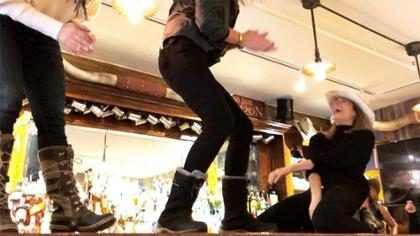 LeAnn Rimes recria cena clássica do filme Show Bar após 17 anos
