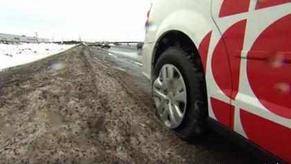 Carro de equipe que fazia matéria sobre buracos de rua tem pneu furado por buraco de rua