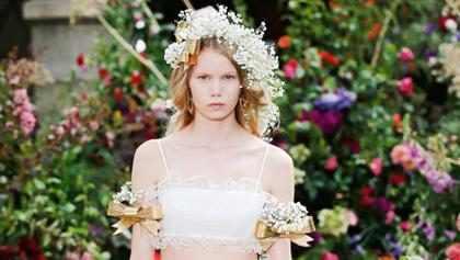 Marca leva coroa de flores para outro nível em desfile