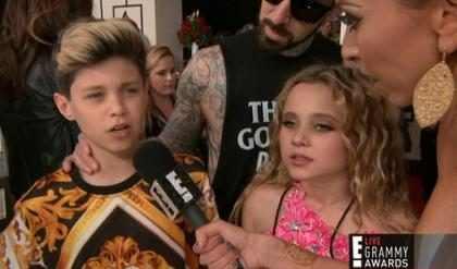 Definitivamente los hijos de este músico se robaron el show en la #AlfombraRojaE! de los Grammys (Foto + Video)