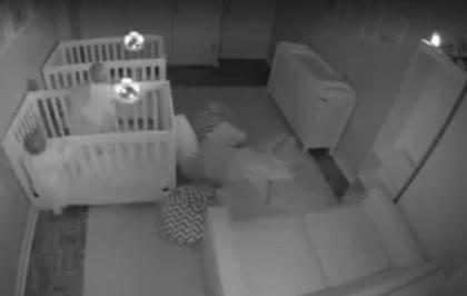 Vídeo mostra gêmeos fazendo farra após pais os colocarem para dormir