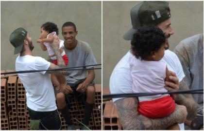 David Beckham visita favela no Rio e joga futevôlei com fãs