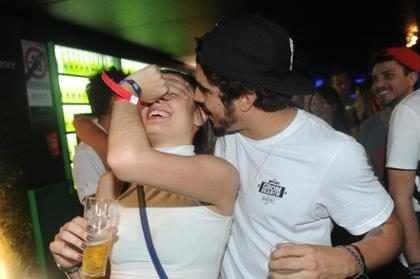 Caio Castro e Maria Casadevall se abraçam durante Rock in Rio