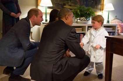 Príncipe George surge de roupão em encontro com Barack Obama