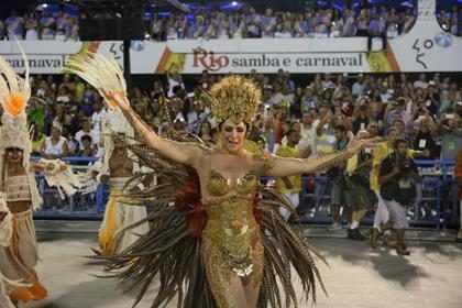 Claudia Raia brilha no desfile da Beija-Flor