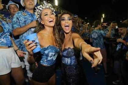 Juliana Paes e Sabrina Sato se divertem em camarote da Sapucaí
