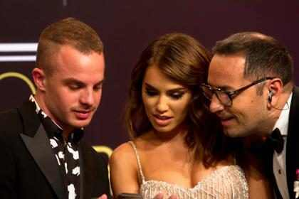 Mira el fogoso beso de Lali Espósito y Mariano Martínez al ganar un Martin Fierro  (Video + Lista de Ganadores)